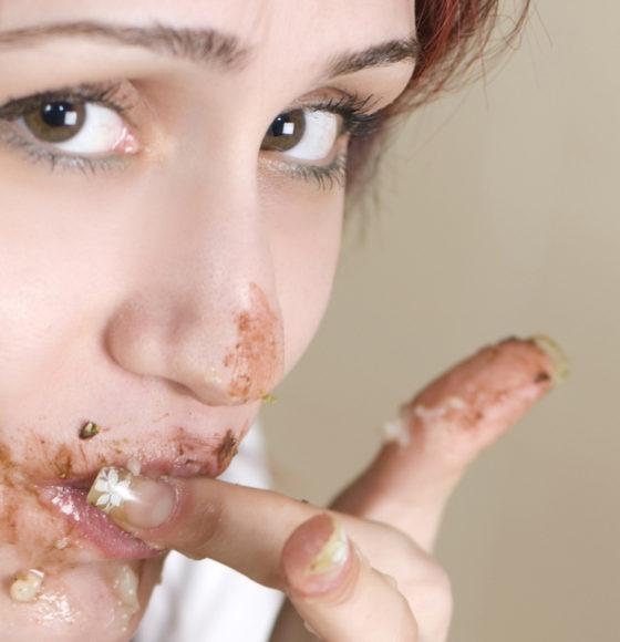 donna che mangia compulsivamente