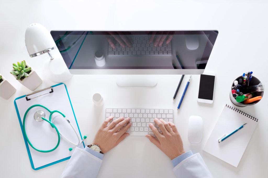 medico al computer